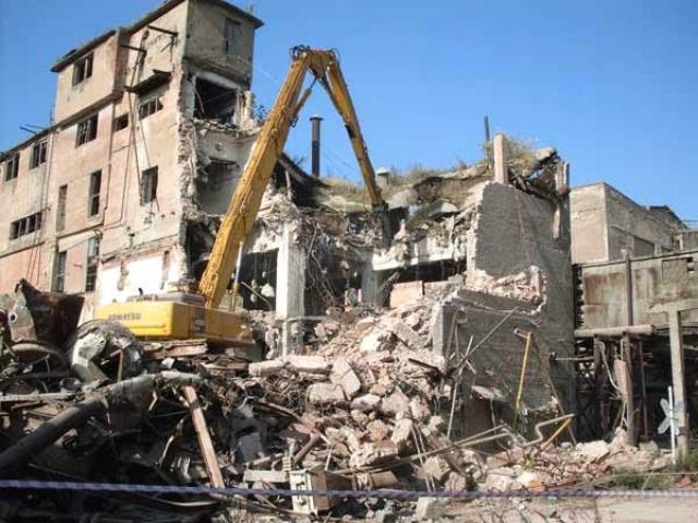 Демонтаж зданий.Рытье котлованов.