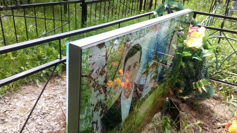 Памятник из стекла