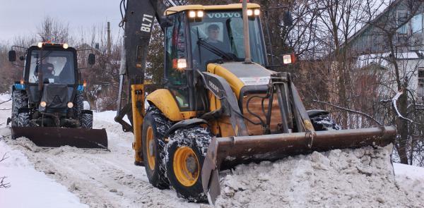 Уборка снега трактором в Москве, очистка улиц и парковок от снега