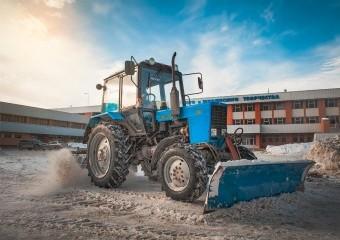 Погрузка снега в самосвалы. Механизированная погрузка в Москве