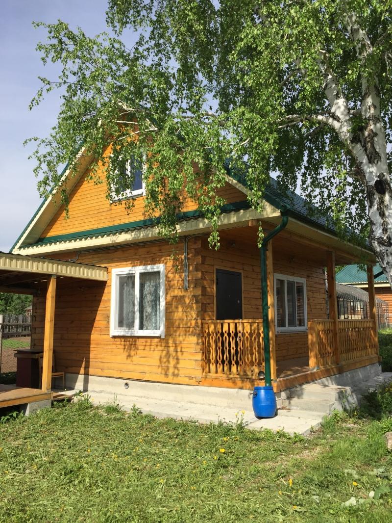 Дом в деревне у реки