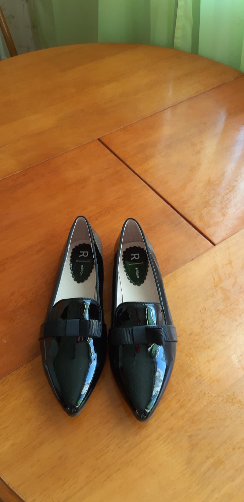 Продается обувь новая цена  договорная.